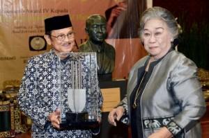 Habibie Terima Roosseno Award