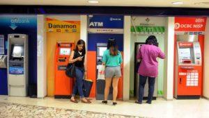 Nasabah mengambil uang tunai pada mesin anjungan tunai mandiri (ATM) di ATM Center sebuah pusat perbelanjaan di Jakarta, Jumat (25/4). Otoritas Jasa Keuangan mendukung upaya konsolidasi perbankan nasional agar modal bank bertambah kuat dan dikelola semakin baik untuk menghadapi Masyarakat Ekonomi Asean 2015. Kompas/Hendra A Setyawan *** Local Caption *** Nasabah mengambil uang tunai pada mesin anjungan tunai mandiri (ATM) di ATM Center sebuah pusat perbelanjaan di Jakarta, Jumat (25/4). Otoritas Jasa Keuangan mendukung upaya konsolidasi perbankan nasional agar modal bank bertambah kuat dan dikelola semakin baik untuk menghadapi Masyarakat Ekonomi Asean 2015. Kompas/Hendra A Setyawan (HAS) 25-04-2014