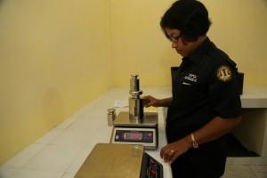 Pengujian-timbangan-elektronik-di-kantor-UPTD-Metrologi-Legal