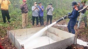 Ujicoba Pemadaman Busa - Seorang mahasiswa dari Universitas Kitakyushu Jepang memadamkan kebakaran pada tanah gambut dengan menggunakan air busa, Rabu (16/9), di Kelurahan Kalampangan, Palangkaraya, Kalimantan Tengah. Kegiatan itu merupakan bagian dari uji coba yang dilakukan antara UPT Centre For International Co-Operation In Sustainable Management of Tropical Peatland (CIMTROP) Universitas Palangkaraya bekerja sama dengan Universitas Kitakyushu Jepang, serta Foundation for the Advancement of Industry Science & Techonolgi (FAIS). Kompas/Megandika Wicaksono (DKA) 16-09-2015