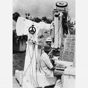 Tim peneliti asal Amerika Serikat dengan peralatan sangat modern seberat 6 ton bersiap mengamati gerhana matahari total di Pantai Tanjung Kodok, Lamongan, Jawa Timur, awal Juni 1983. Di saat ada larangan pemerintah bagi warga beraktivitas di luar rumah saat gerhana matahari total 11 Juni 1983, peneliti-peneliti asing justru berbondong-bondong datang ke Pulau Jawa untuk mengamati fenomena alam tersebut. Kompas/Ninok Leksono (NIN) 11-06-1983