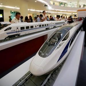 Pengunjung mengamati miniatur kereta api cepat yang dipamerkan Perusahaan China Railway Corporation di Atrium Senayan City, Jakarta, Kamis (13/8). Kereta cepat yang dipamerkan tersebut memiliki kecepatan 320 km/jam. Kompas/Totok Wijayanto (TOK) 13-08-2015